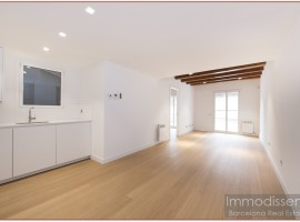 Spectacular apartment with terrace of 46m2 completely renovated in the center of Barcelona.