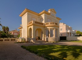 House for sale Sitges - Barcelona. Colonial-style mansion on the sea front
